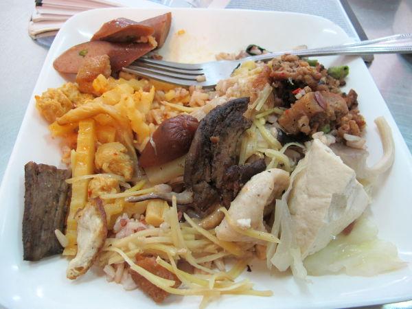 Yllättäen eteen sattuuneessa kasvisravintolassa oli edullinen ruoka, tämä osin jo syömäni annos maksoi 60 bahtia.