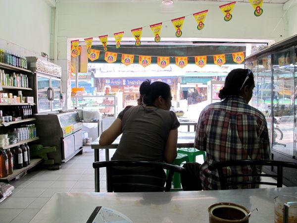 Ravintola sisältä keltaisine lippuineen, joista kasvisravintolat voi joskus bongata.