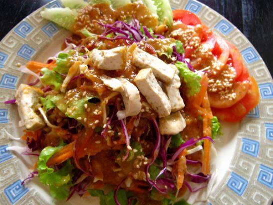Thai Salad – valitsin listan ensimmäisen salaatin, koska sen ainesosana oli May Kaidee´sin ihanaa pähkinäkastiketta. Sillä saisi pelkän kaalin tai porkkanankin maistumaan ihanalta.