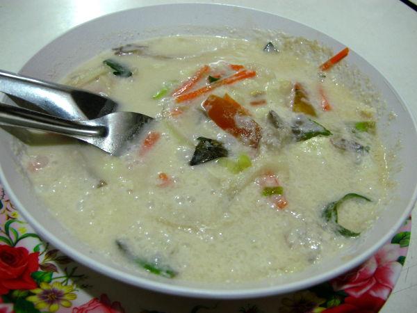 Mr Yimin tom kha ei ollut sellainen aromaattinen kuin mitä se parhaimmillaan voi olla, ennemmin sen nimi olisi voinut olla thaimaalainen kookoskeitto.
