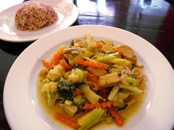 Laab vegetarian – salaatti, jossa ehkä keitettyjä tai paistettuja eri vihanneksia kuten kukkakaalia ja jotain sientä. Lisäksi kasvismakkarasiivuja. Maussa vahvasti thaiyrtit sitruunaruoho ja limenlehti. Etenkin ensimmäiset suulliset olivat tosi hyviä, sitten makuun tottui eikä sitä olisi hotkinut enempää.