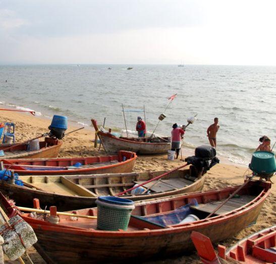 Veneitä Jomtienin rannalla.