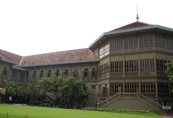 Kuningas Chulalongkorn asui tässä tiikkisessä Vimanmekin palatsissa.