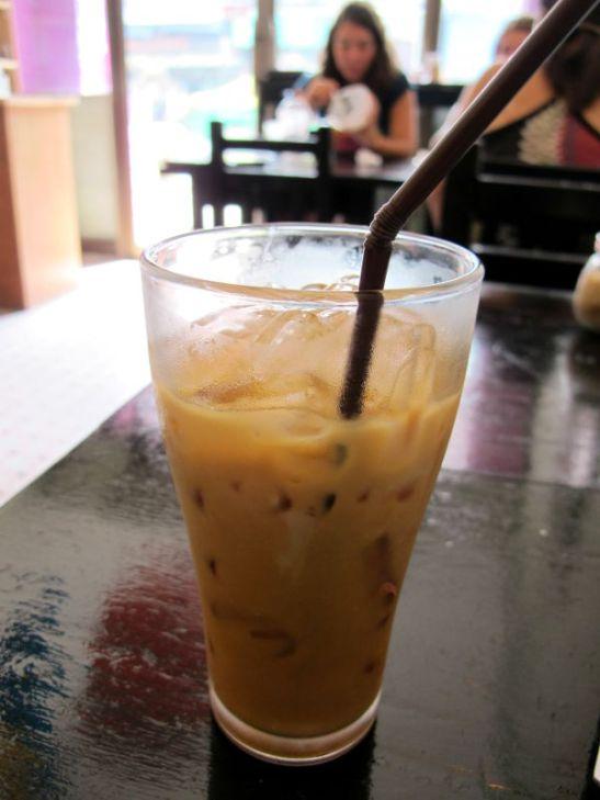 Luulin tilanneeni thaikahvin, mutta sain thaiteen soijamaidolla (thaiteessä on aina jotain maitoa). Se oli äklömakeaa.