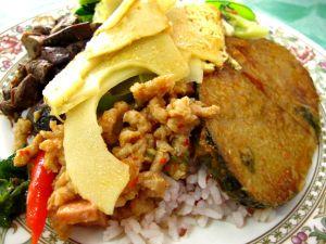 Paitsi että Hua Hinissä majoituin halvasti, sai sieltä myös halpaa kasvisruokaa kolmesta eri ravintolasta.