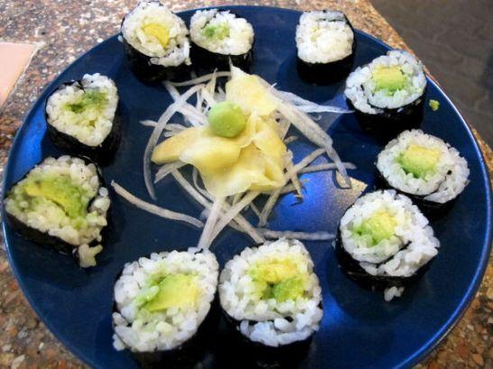 Vaikka muutoin Thaimaassa kannattaa syödä lähinnä thairuokaa, syön siellä mielellään sushia, koska se on niin halpaa. 10 palaa avokadomakia 80 bahtia Koh Taolla.