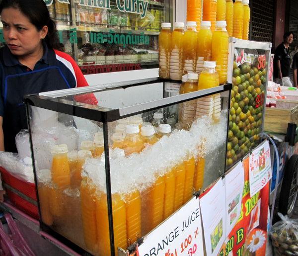 Thaimaassa myydään maailman parasta mandariinimehua. Muualta kuin turistikaduilta ostettuna niissä saattaa olla lisätty sokeria ja suolaa. Thaimaalaiset tosiaankin saattavat lisätä hedelmämehuihin suolaa. Englanniksi myyjät kutsuvat tätä yleensä appelsiinimehuksi.