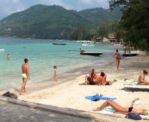 Perinteistä auringonottoa Koh Taon Saireen rannalla. Uikkarit kuuluvat turistirannoille.