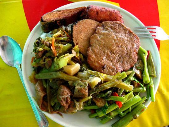 Kitchen Jayn buffetista kerätty annos. Muut ruoat olivat hieman valjuja, mutta punertava makkara oli mahtavaa, kuten myös ylhäällä reunalla oleva kalamainen pala.