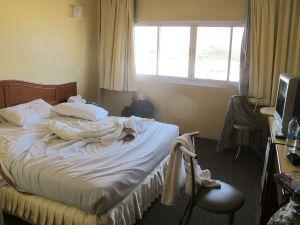 Chumpon Gardens -hotellin 590 bahtin huone omalla kylppärillä, tv:llä ja pikkujääkaapilla. Ankeahko aamiainen kuului hintaan. Jouduin jäämään Chumponiin yöksi kun en saanut lauttaa yöksi Koh Taolle.