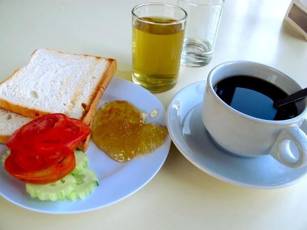 Chumponin hotellissani hintaan kuului aamiainen. Harmillisesti thairuoat eivät olleet vegaanisia, joten söin todella ankeasti paahtoleipää marmeladeilla ja kurkulla ja tomaatilla. Juomana krysenteemimehua (kannattaa maistaa kun se on suosittua Aasiassa) ja mustaa kahvia.
