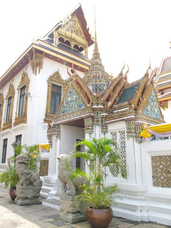 Entisen kuninkaanpalatsin viereisiä rakennuksia.