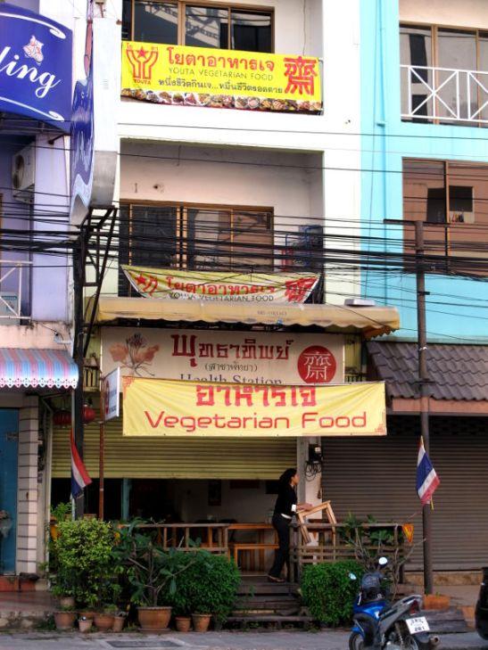 Budatip - Health Station meni juuri kiinni kun ehdin paikalle. Sen lähellä olisi toinenkin kasvisravintola, Thummachat.