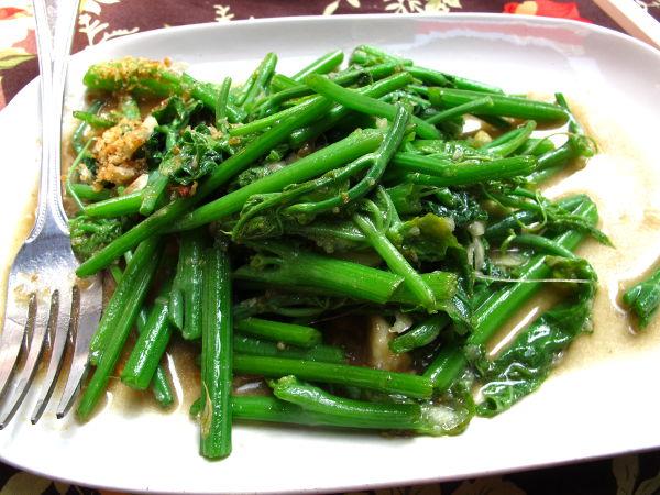 Paistettua vihreää vihannesta Soi Rambutrilla Bangkokin Banglamphussa. Paistettu paksoin tapaan öljyssä valkosipulin ja suolan kera. Maksoi 100 bahtia eli yli 2 euroa.