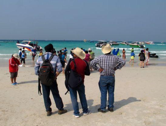 Intialaisia turisteja Koh Larnin rannalla.