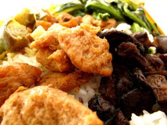 Tyypillistä ruokaa jay-ravintolan buffetista. Alla riisiä, takana paistettuja mutta jo kylmenneitä vihanneksia, oikealla paistettuja lihamaisia sieniä ja vasemmalla marinoituja soijapaloja.