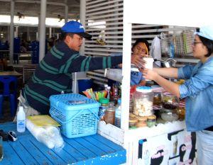 Juomakoju Koh Larnilla. Takana on ruokailuhalli isoille turistiryhmille.