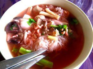 """""""Kalamainen"""" kasvisnuudelkeitto Pattayan Five Star Jay -kasvisravintolassa."""