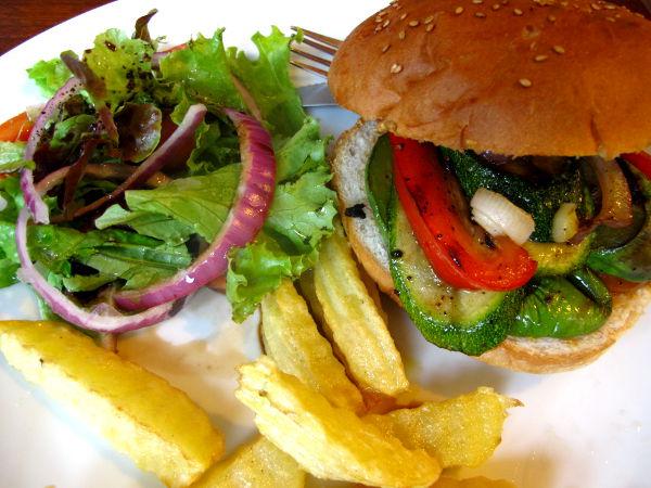Kasvisburgeri Koh Taon New Heaven -kahvilassa oli onnistuneempi kuin kolmisen vuotta sitten, jolloin pyytämiseni juuston ja majoneesin laittamatta jättämisestä eivät onnistuneet. Nyt onnistui noin 130 bahtin hintaan. Thairuoan mausteisiin tottuneelle tämä oli melko pliisu annos.