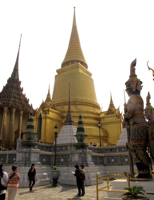 Kultainen chedi, jotka ovat stupia eli tuollaisia  buddhalaisia tornirakennelmia.