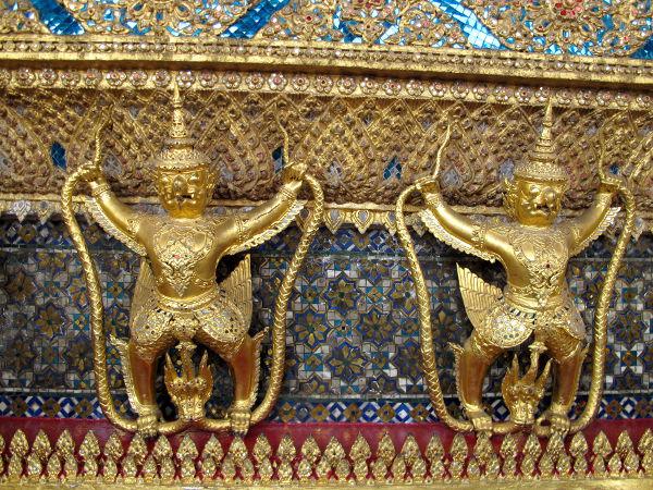 Kultaisia pieniä garudahahmoja. Garuda on lintumainen taruhahmo.