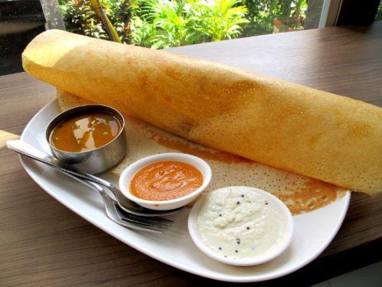 Eteläintialainen masala dosa nautittuna intialaisessa kasvisravintolassa Thaimaan Pattayalla.