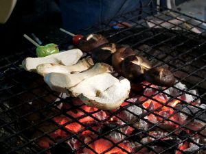Sienivartaani grillissä, vasemmalla kuningasosterivinokkaita ja oikealla siitakkeita.