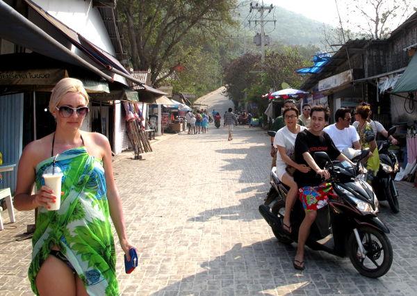 nainen sarongissa koh larnilla