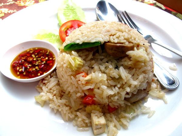 Paistettua riisiä (muista aina pyytää kasvisriisit ilman kananmunaa) olkisienten kera. Annos maksoi 120 bahtia eli noin 3 euroa yhdessä Soi Rambtutrin lukuisista ravintoloista.