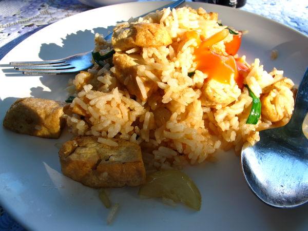 Paistettua riisiä ja tofua Koh Sametin saarella Silver Sandin ravintolassa. Annos maksoi 60 bahtia eli vajaa 1,5 euroa.