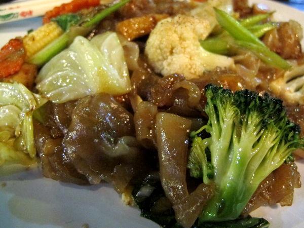 Paistettuja nuudeleita ja vihanneksia Koh Sametilla. Maksoi 80 bahtia. Nuudelit eivät yleensä Thaimaassa ole samanlaisia kuin Suomessa ostettavat pussinuudelit, vaan niitä on eri levyisiä ja usein ne ovat riisinuudeleita. Nämä leveämmän sorttiset menevät paistettaessa helposti yhdeksi tahmaksi. Mutta oikein hyvää oli tämäkin!