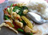 Paistettuja vihanneksia ja riisiä Koh Sametilla. Tätä saa melkein kaikista turistiravintoloista. Maksoi 70 bahtia.