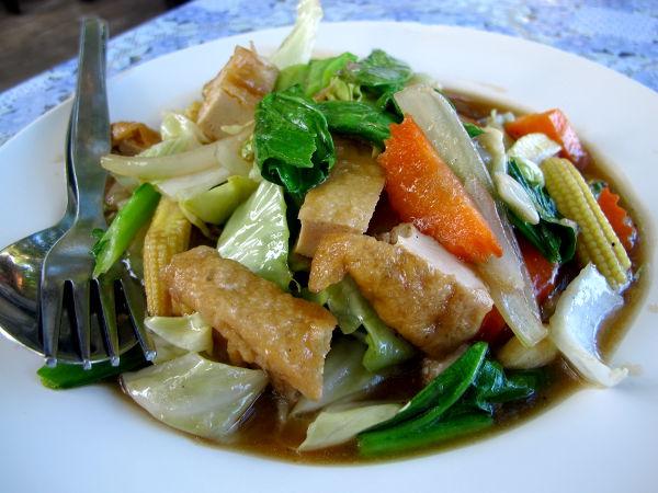 Paistettuja vihanneksia ja tofua Koh Sametilla. Maksoi 80 bahtia.