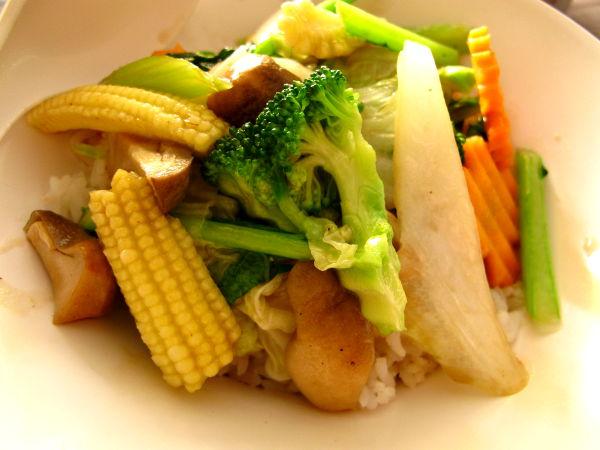 Paistetut vihannekset riisipedillä 89 bahtia Pattayan Jomtienillä.