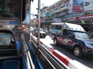Pattayalla oli edullista ja helppoa liikkua songthaew-lavatakseilla, jotka ajavat siellä paikallisbussien asemaa.
