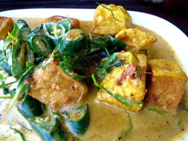"""Penangcurry tofulla maksoi 90 bahtia. Tofuruokia tilatessasi tulet Thaimaassa parhaiten ymmärretyksi jos lausut tofun """"tauhuu""""."""