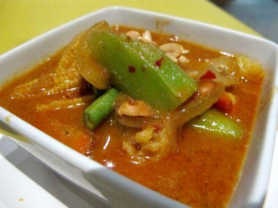 Massaman- tai penangcurry Koh Taolla Ban´silla maksoi 90 bahtia riiseineen ja oli ihan messevää, mutta aika öljyistä.
