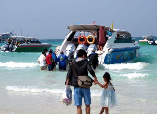 Kiinalaisturistien ryhmät kiidätettiin Ta Waenin rannalle pikavenein.