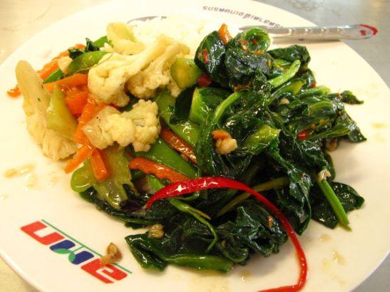 Paria erilaista kasvisruoalta ainakin päällisin puolin näyttävää ruokaa valikoituna Bangkokin Or Tor Korin torin ruokakojuista. Maksoi 40 bahtia eli euron. Paikassa oli lukuisia ruokavateja, joista osoittelin haluavani näitä kahta kasvisruoalta näyttävää paistosta.