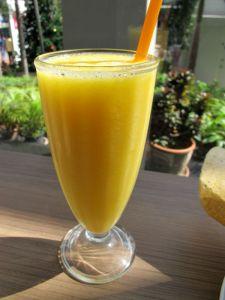 Sara´sin blenderöity mangomehu.
