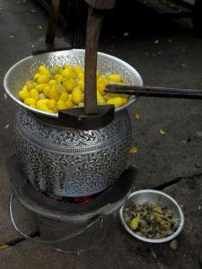 Silkkitoukkien koteloiden näytösluonteista perinteistä keittämistä ja langan kehräämistä koteloista.