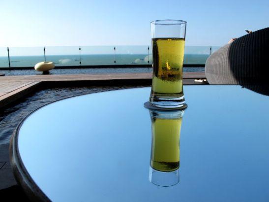 Pattayalla maksoin oluesta 160 bahtia voidakseni nauttia hulppeasta Hiltonin terassista.