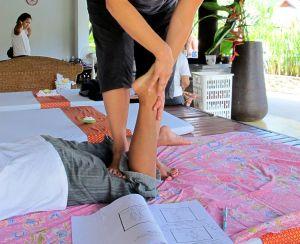 Thaihieroja käyttää aina jalkojaan apuna hieronnassa ainakin joissain liikkeissä.