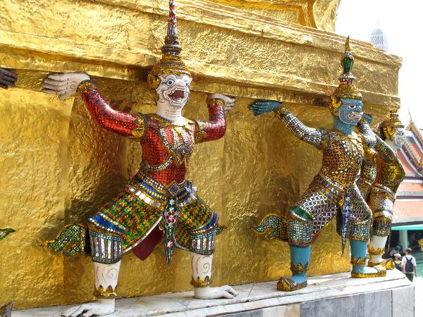 Temppelialueelle tyypillisiä patsaita.