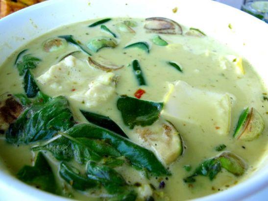 Vihreä currytofu Koh Sametilla maksoi 80 bahtia eli pari euroa. Curryruokien tilaaminen muissa kuin kasvisravintoloissa ei oikein ole vegaanille sopivaa, koska currytahnoissa käytetään usein mädätettyä katkaraputahnaa ja kalakastiketta.
