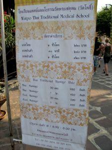 Wat Phon temppelillä hierontojen hinnat  ovat tavallista kalliimpia.
