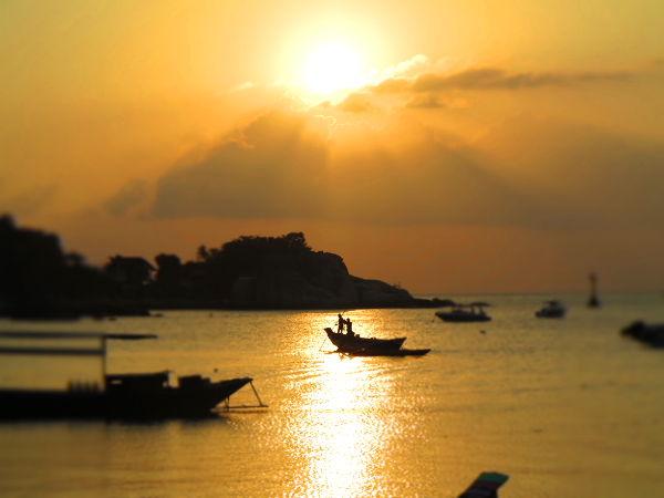 Koh Taolla järkevintä tekemistä iltaisin on kävellä Mae Haadin ja Saireen rannalla katsomassa auringonlaskua.