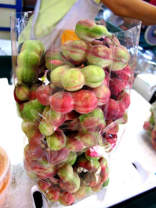 Camachile on tamarindin muotoinen mutta hempeän värinen aika mauton ja kuiva hedelmä.