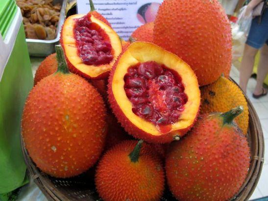 Gac-hedelmä oli uusi tuttavuus. Siitä tehtyä mehua ostin Bangkokin Or Tor Korin markkinoilta ja Phuketin Patongin torilta.