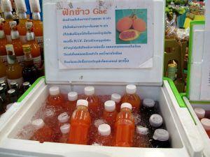 Gac-hedelmän mehua myynnissä Or Tor Korin markkinoilla Bangkokissa. Pieni pullollinen taisi maksaa 40 tai 50 bahtia.